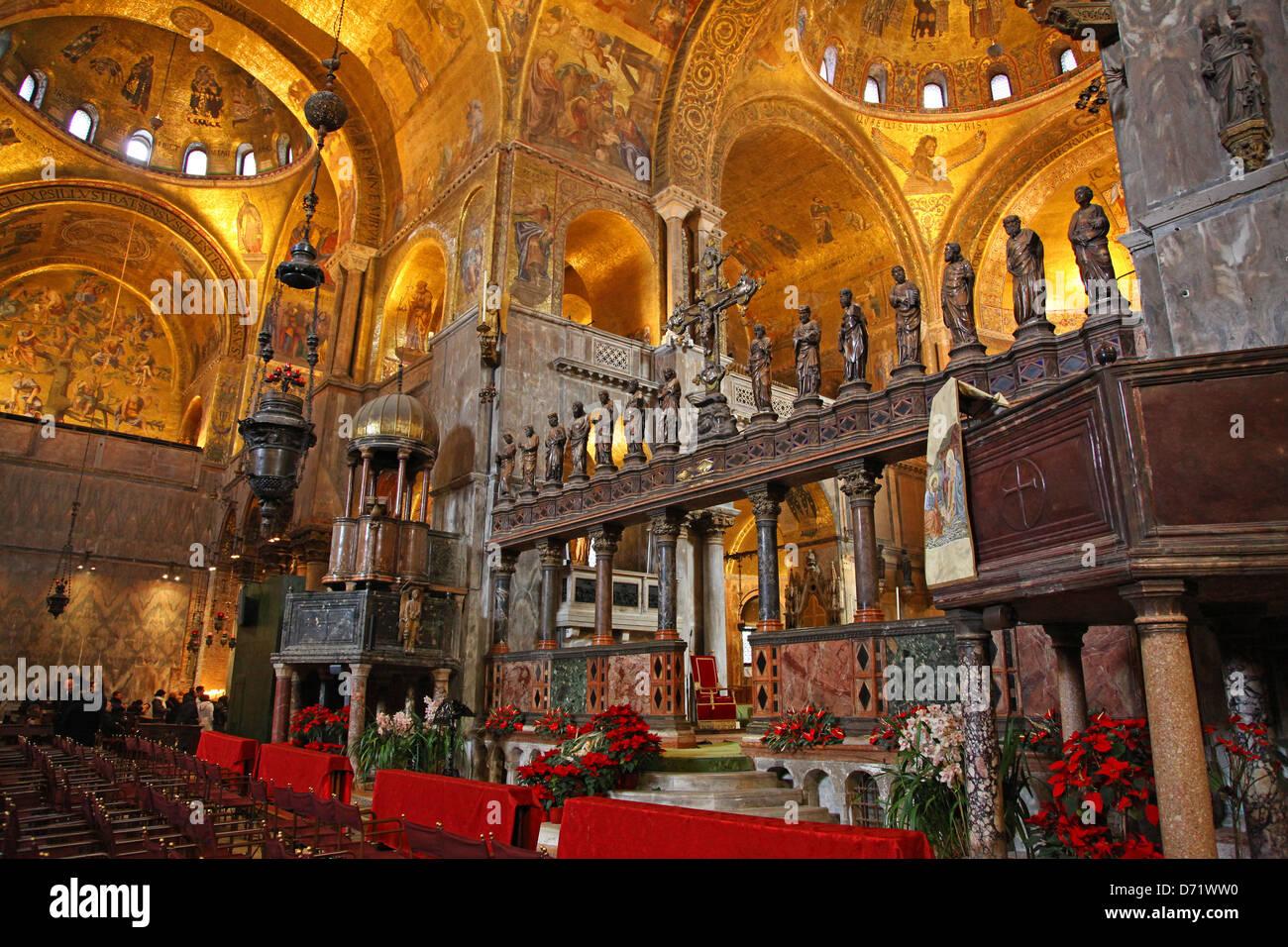 interior-view-of-saint-marks-basilica-or-the-basilica-di-san-marco-D71WW0.jpg