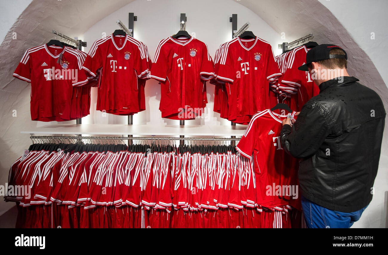 wholesale dealer a8cb9 eb45c A customer looks at jerseys in the new FC Bayern Munich fan ...