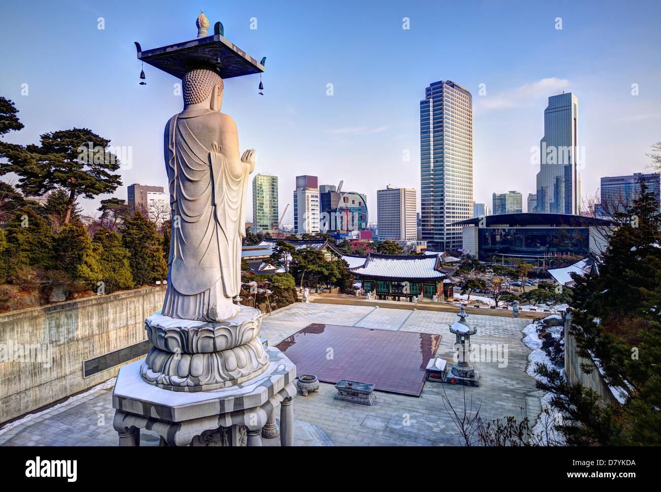 Skyline of downtown Seoul, South Korea from bongeunsa temple - Stock Image