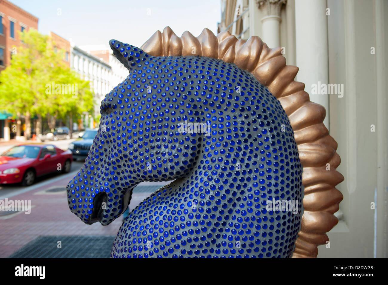 usa-kentucky-ky-louisville-public-art-of-a-horse-on-main-street-made-D8DWGB.jpg