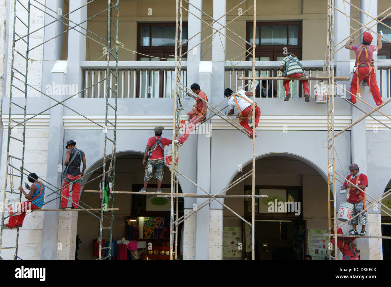 workers-on-metal-scaffolding-painting-the-facade-of-a-building-in-D8KE6X.jpg