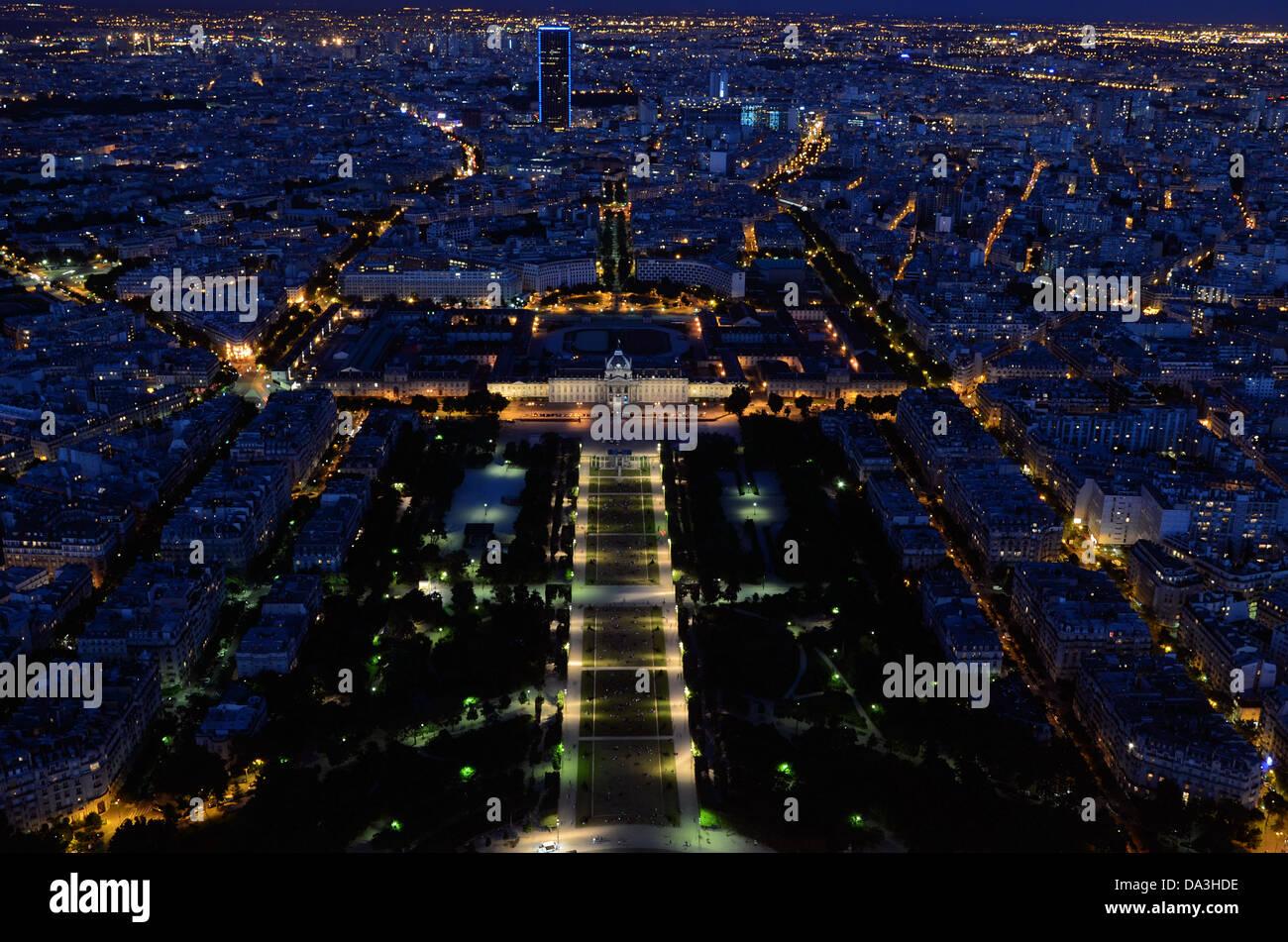 the-champ-de-mars-is-a-large-public-greenspace-in-paris-france-located-DA3HDE.jpg