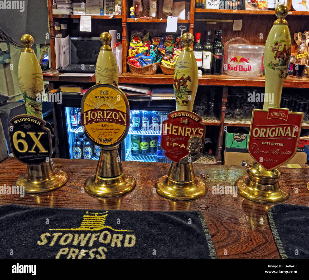 English,traditional,ale,hand,drawn,pumps,on,a,bar,in,Wiltshire,South,West,England,6X,Horizon,Henrys,Original,Wadworth,Stowford,Press,Cidre,Cider,Ale,Beer,Beers,Cidres,Ciders,drinks,beverages,traditional,public,house,pump,handdrawn,towel,SL8,1NZ,SL81NZ,gotonysmith,Buy Pictures of,Buy Images Of