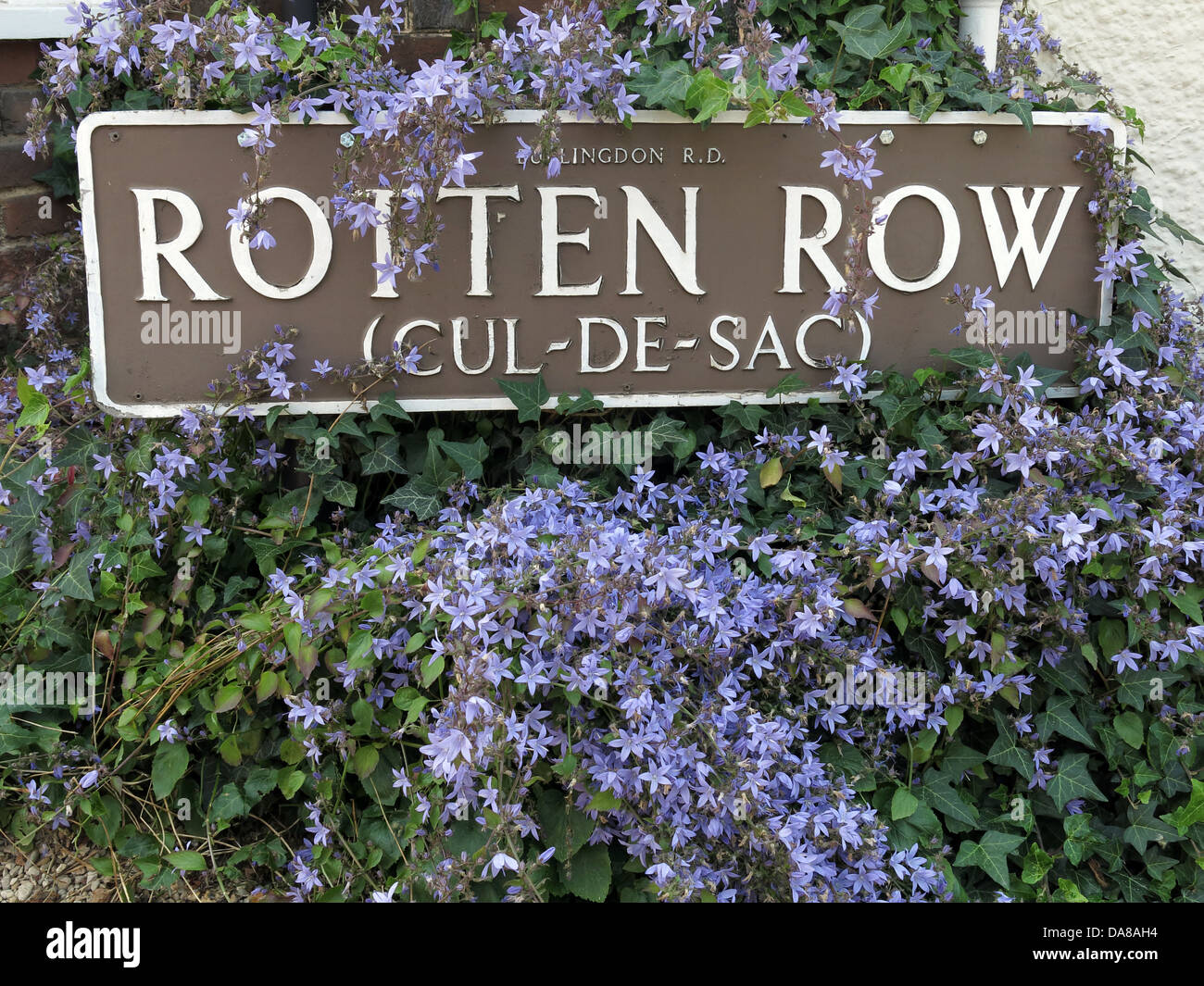 cul-de-sac,cul,de,sac,high,st,street,Dorchester,on-Thames,Dorchester,on,Thames,banker,bankers,to,the,core,flowers,around,sign,purple,near,oxford,GB,great,britain,british,town,towns,village,quaint,tourist,place,places,Oxfordshire,Gotonysmith,Buy Pictures of,Buy Images Of
