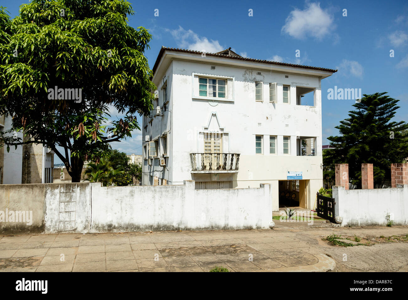 Africa, Mozambique, Maputo. Traditional building on street. - Stock Image