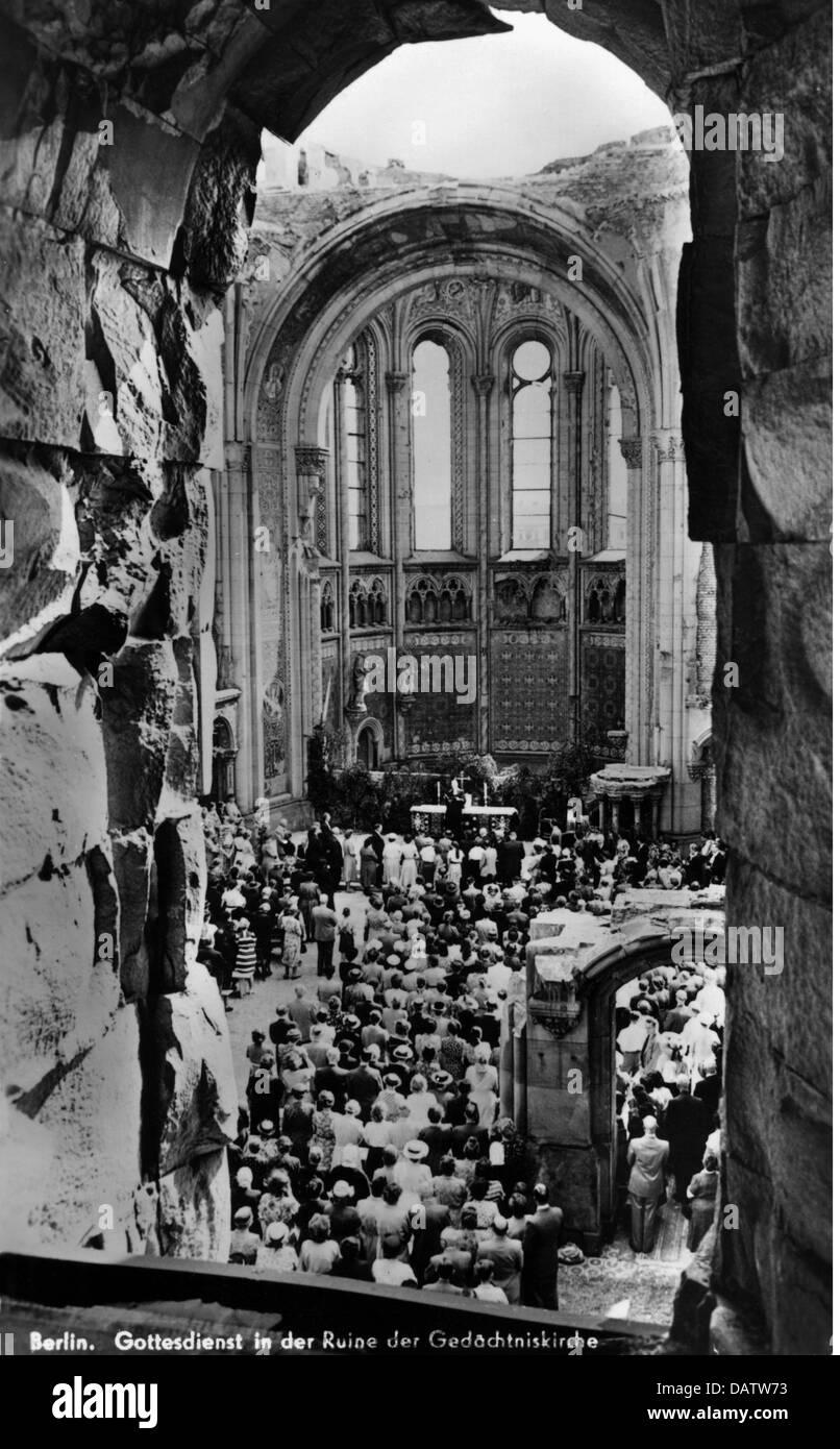 post war period, destroyed  , Germany, Berlin, Memorial Church, church service, 1940s, ruins, ruin, debris, people, - Stock Image