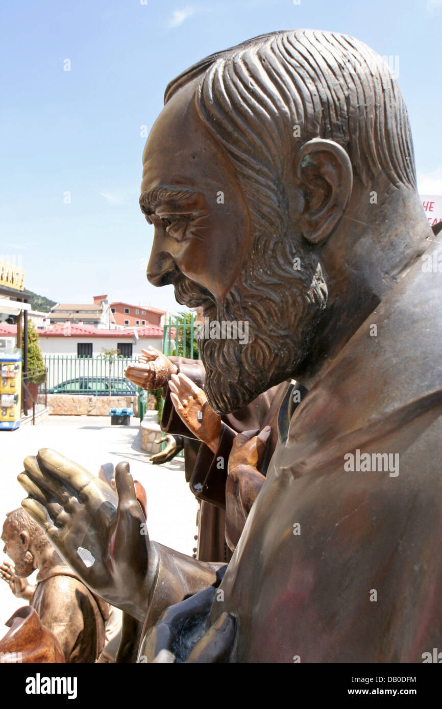 Life-sized figures of Padre Pio are on sale in San Giovanni Rotondo, Italy, 12 May 2007.  Padre Pio, born as Francesco - Stock Image