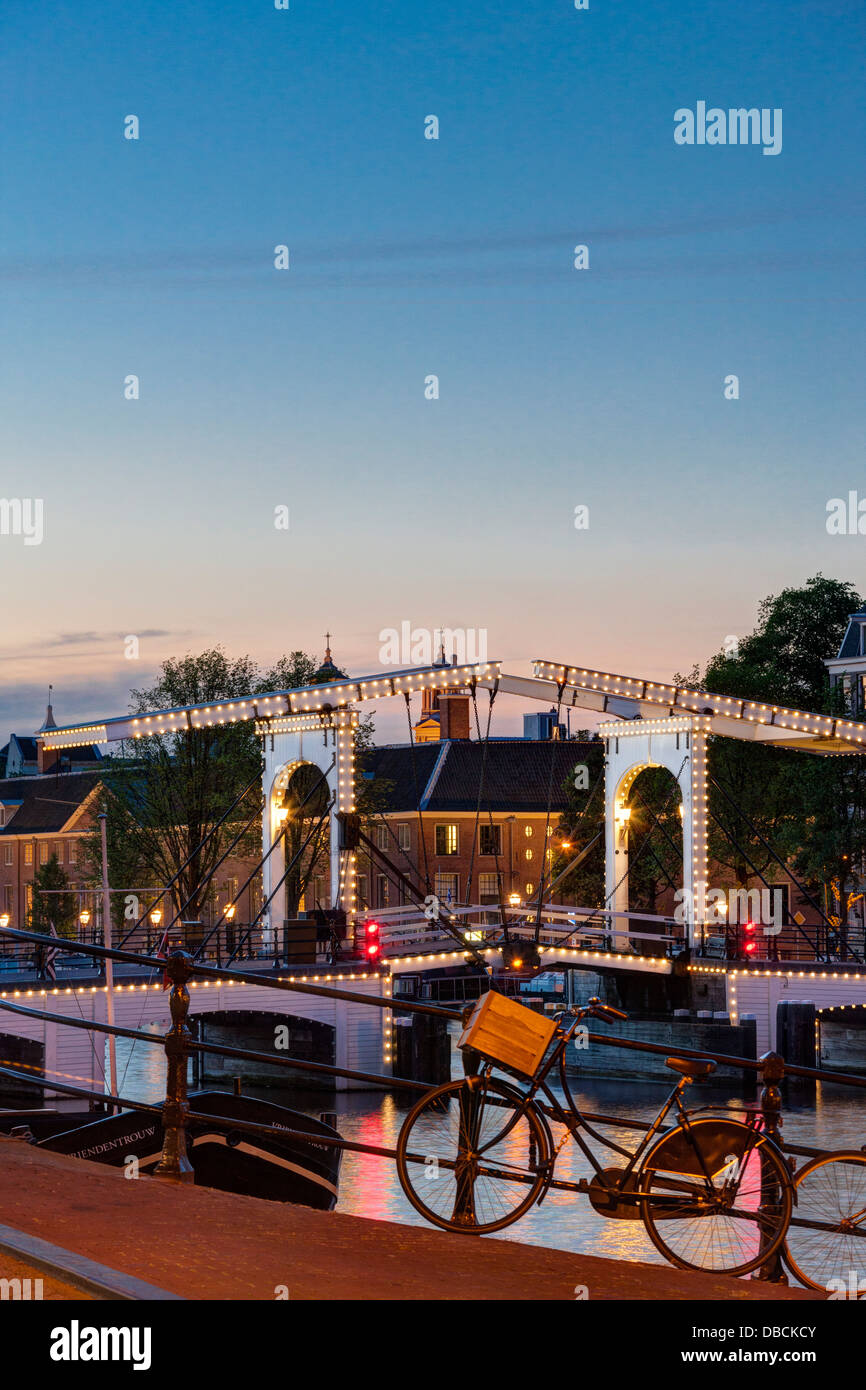 https://c7.alamy.com/comp/DBCKCY/amsterdam-magere-brug-skinny-bridge-on-the-amstel-river-and-hermitage-DBCKCY.jpg