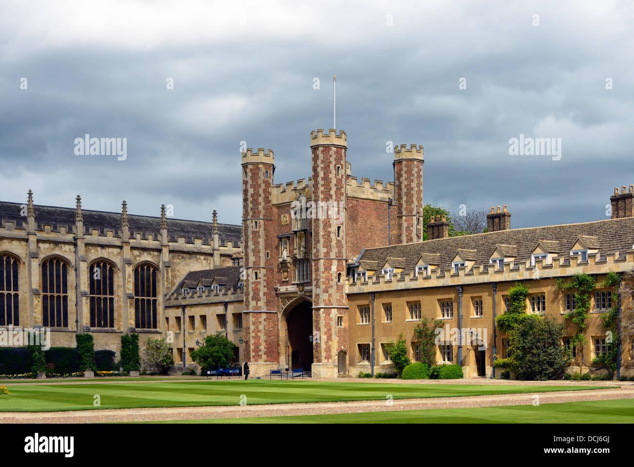 the-chapel-and-great-gate-trinity-college-university-of-cambridge-DCJ6GJ.jpg