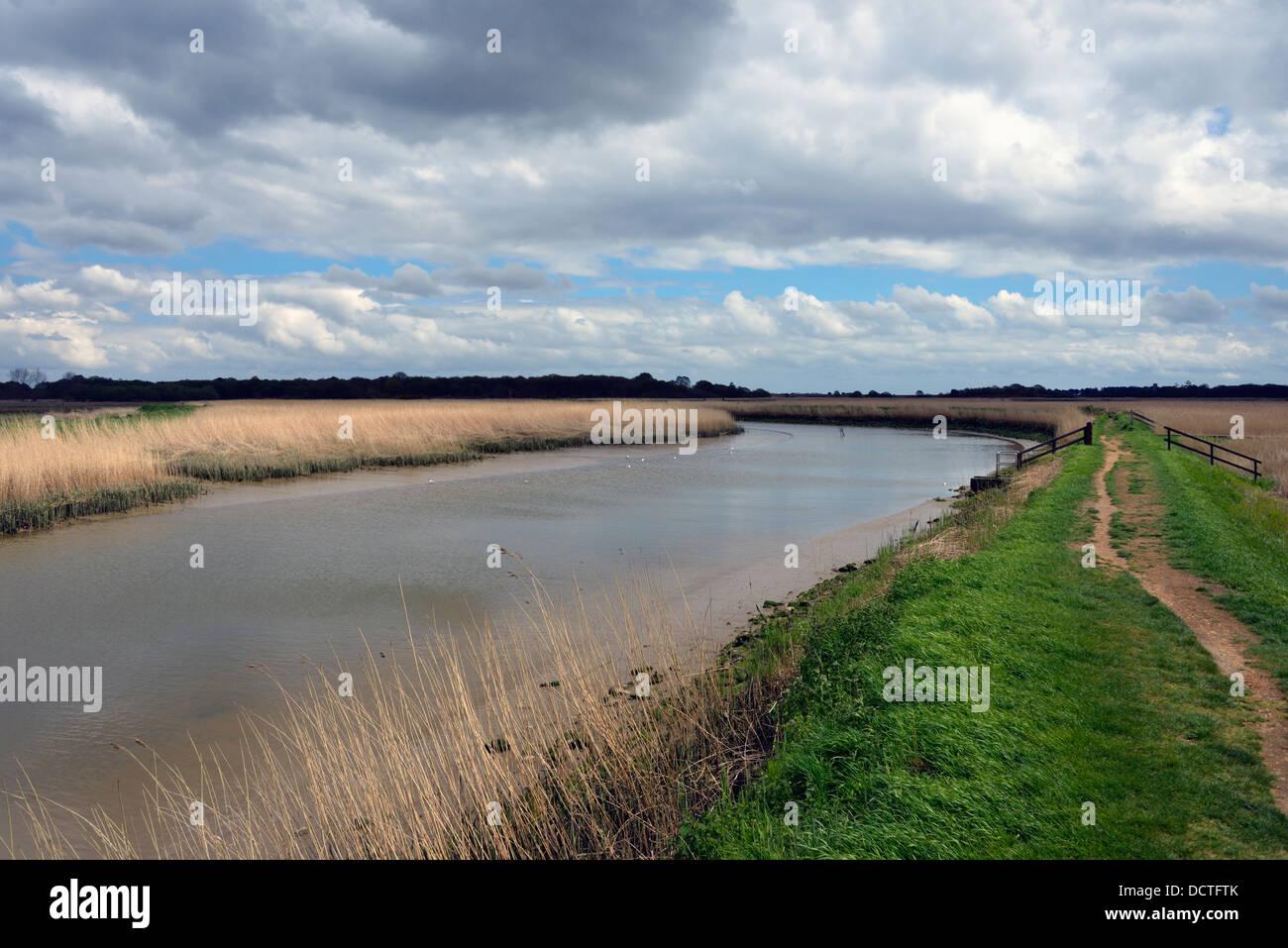 the-river-alde-at-snape-maltings-suffolk-england-united-kingdom-europe-DCTFTK.jpg