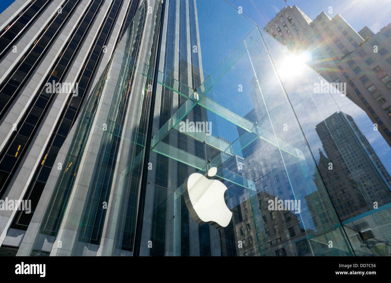 the-fifth-avenue-apple-store-in-new-york