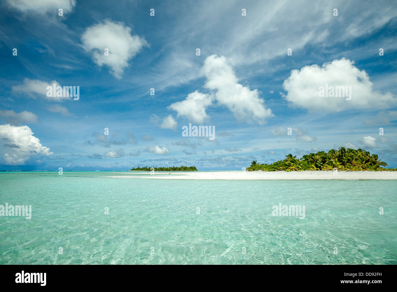 Cook Islands, Aitutaki island Lagoon, the white sandy beach of Honeymoon island with Maina atoll in background  - Stock Image