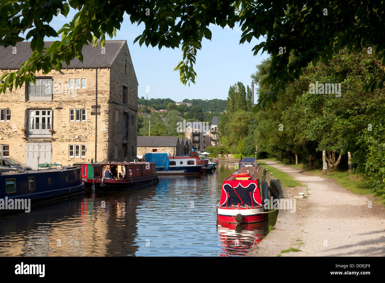 boats-moored-at-the-wharf-sowerby-bridge-west-yorkshire-DDEJF9.jpg