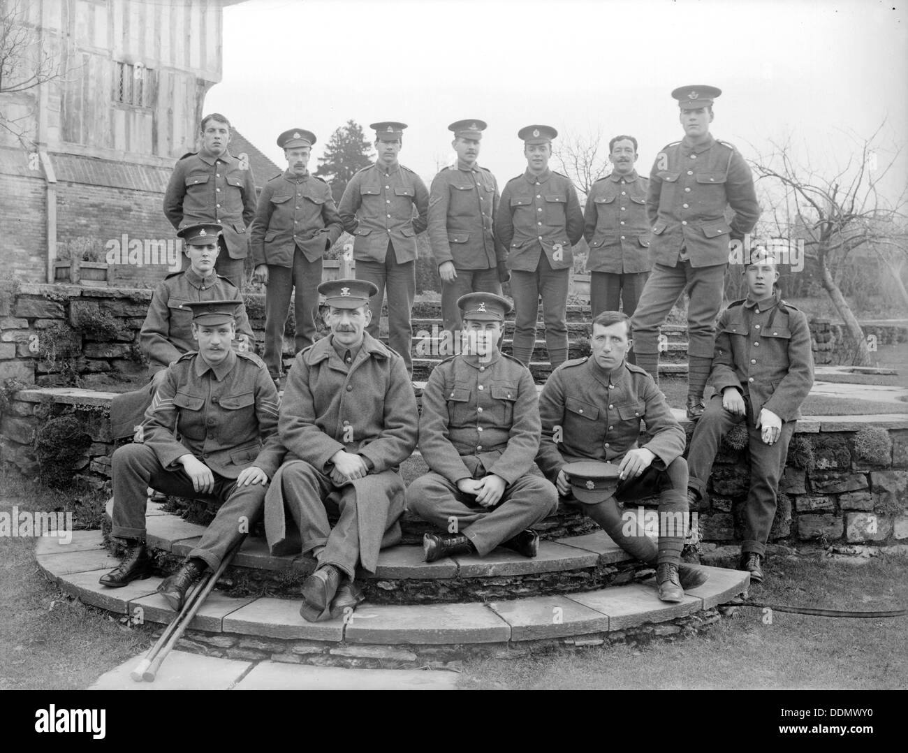 https://c7.alamy.com/comp/DDMWY0/convalescent-soldiers-at-great-dixter-northiam-east-sussex-wwi-1915-DDMWY0.jpg