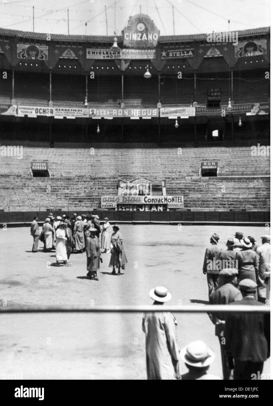 geography / travel Spain Barcelona people tourists in the bullring 19.5.1936 arena arenas battlefield battleground - Stock Image