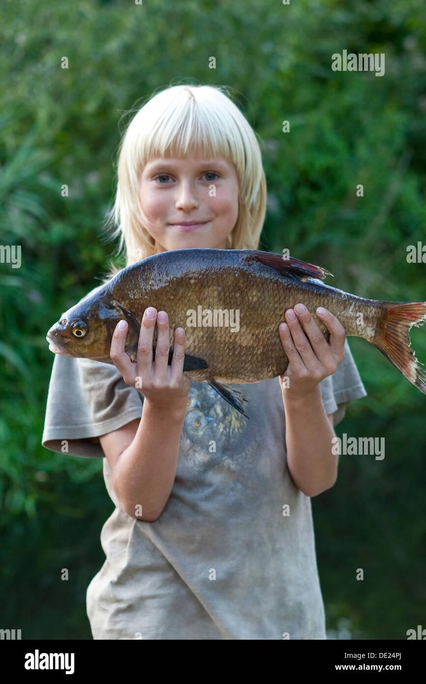 common bream, freshwater bream, carp bream, fishing, angling, Junge, Kind mit Brassen, Angeln, Blei, Brachsen, Abramis - Stock Image