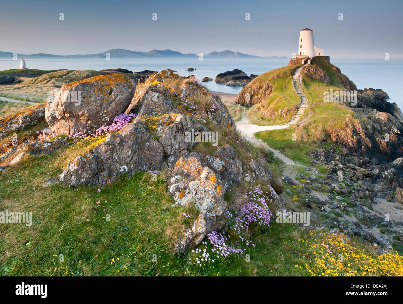 Tŵr Mawr Lighthouse backed by Lleyn Peninsula, Llanddwyn Island, Newborough, Anglesey, North Wales Stock Photo