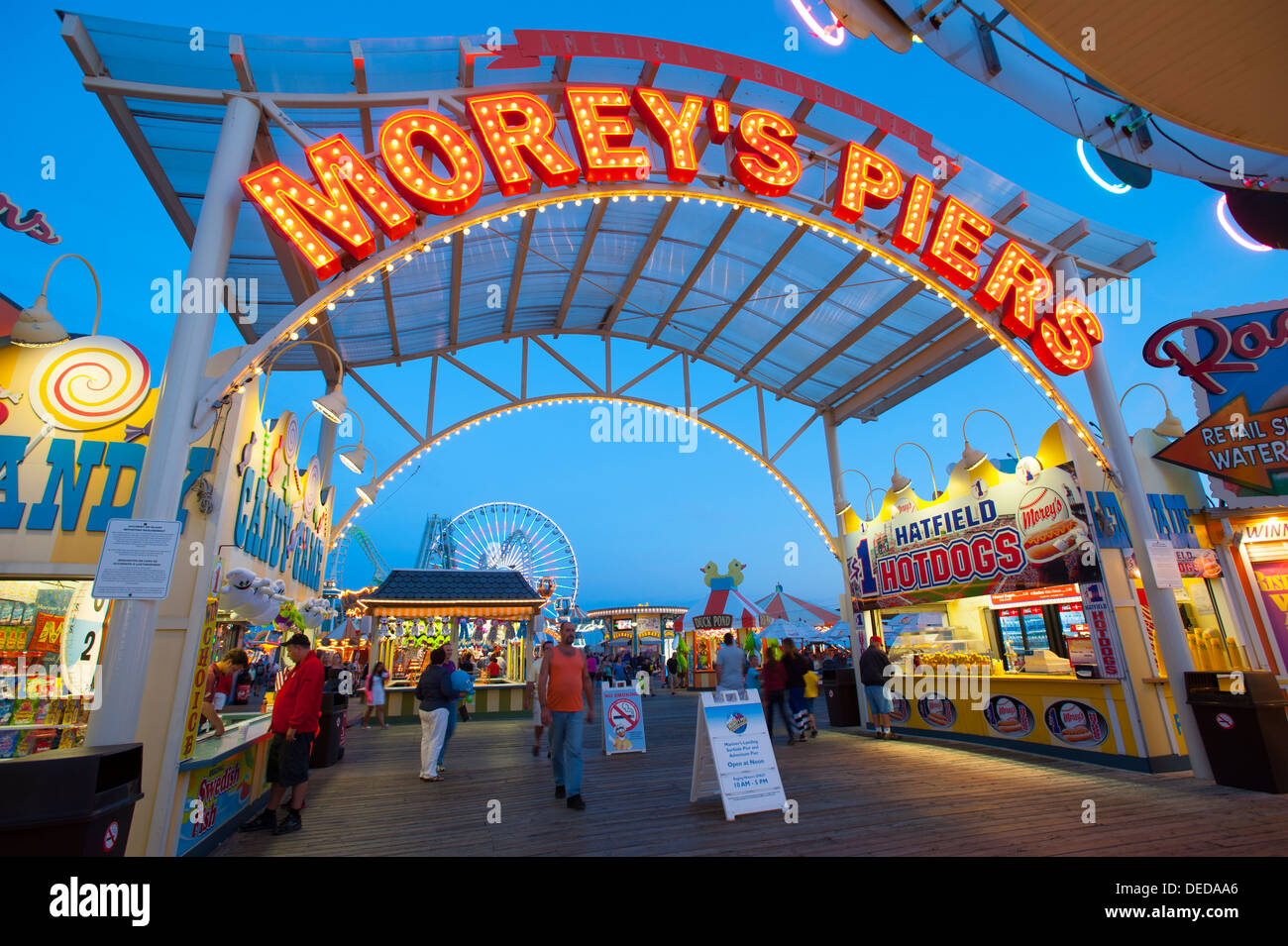 usa-new-jersey-nj-shore-wildwood-boardwalk-at-night-food-games-rides-DEDAA6.jpg