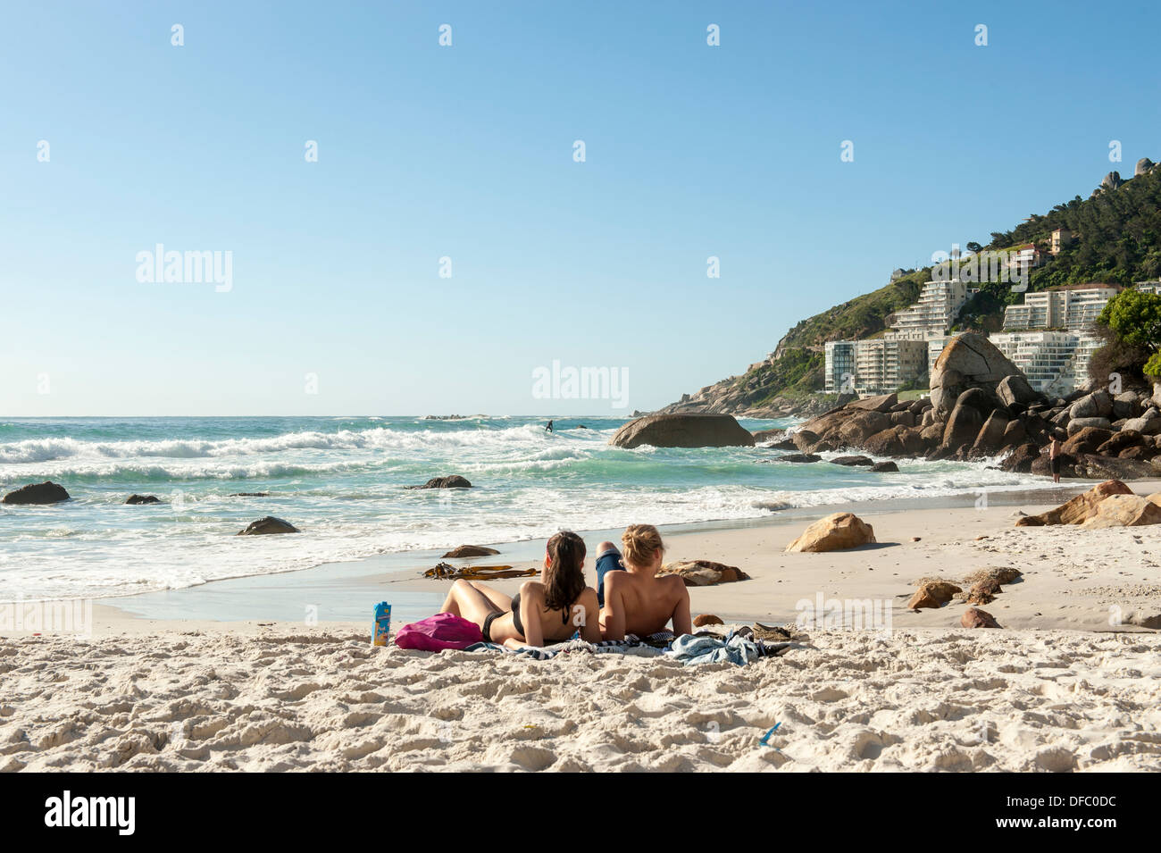 A couple relaxing on Clifton beach, Cape Town, South Africa - Stock Image