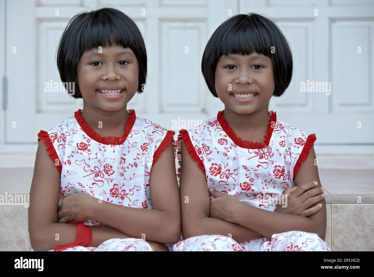 identical-thai-6-year-old-twin-sisters-t