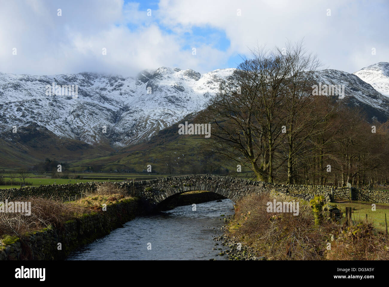 middlefell-bridge-and-crinkle-crags-in-winter-great-langdale-lake-DG3A5Y.jpg