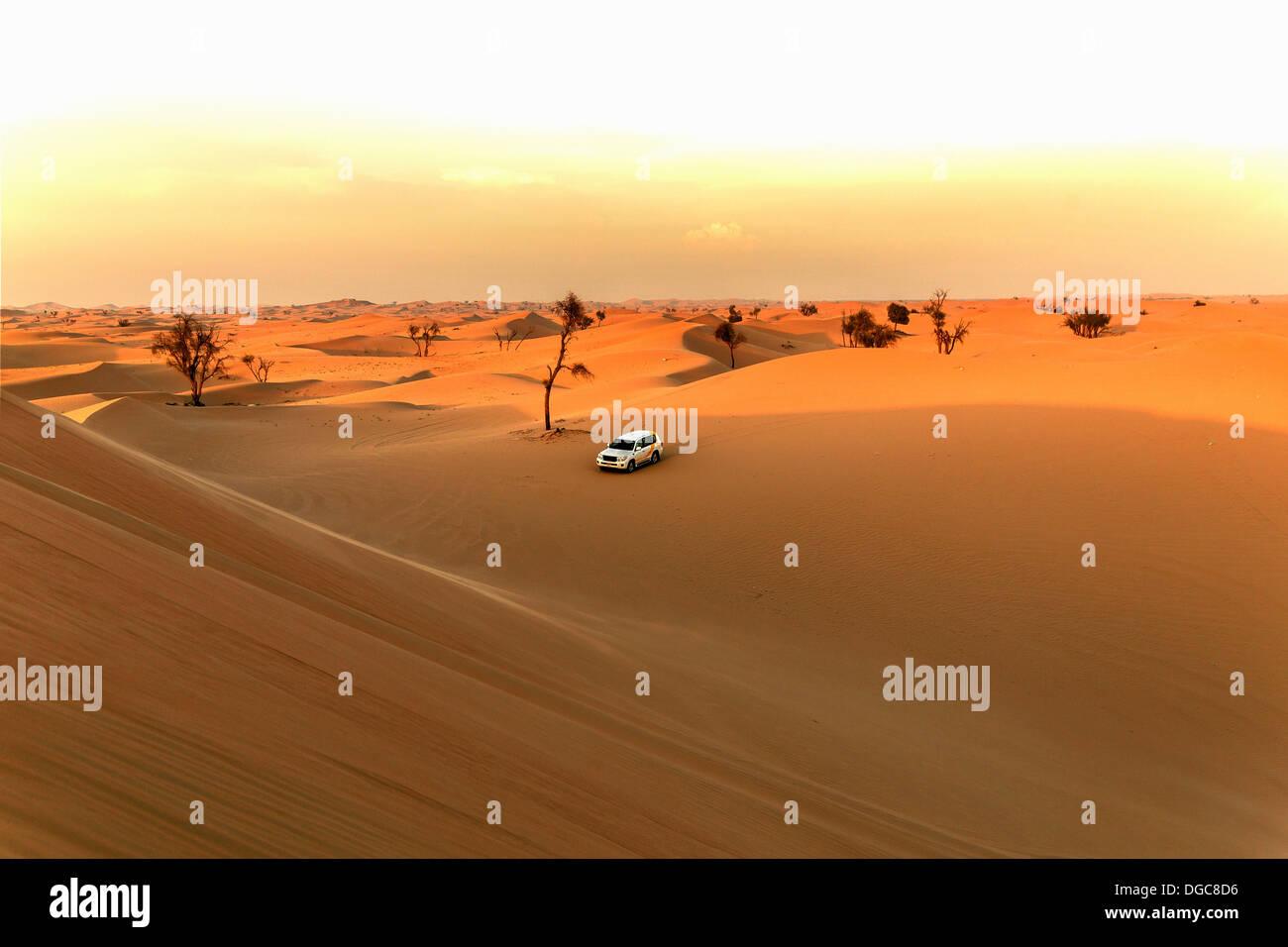 Off road vehicle in desert, Adu Dhabi, United Arab Emirates - Stock Image