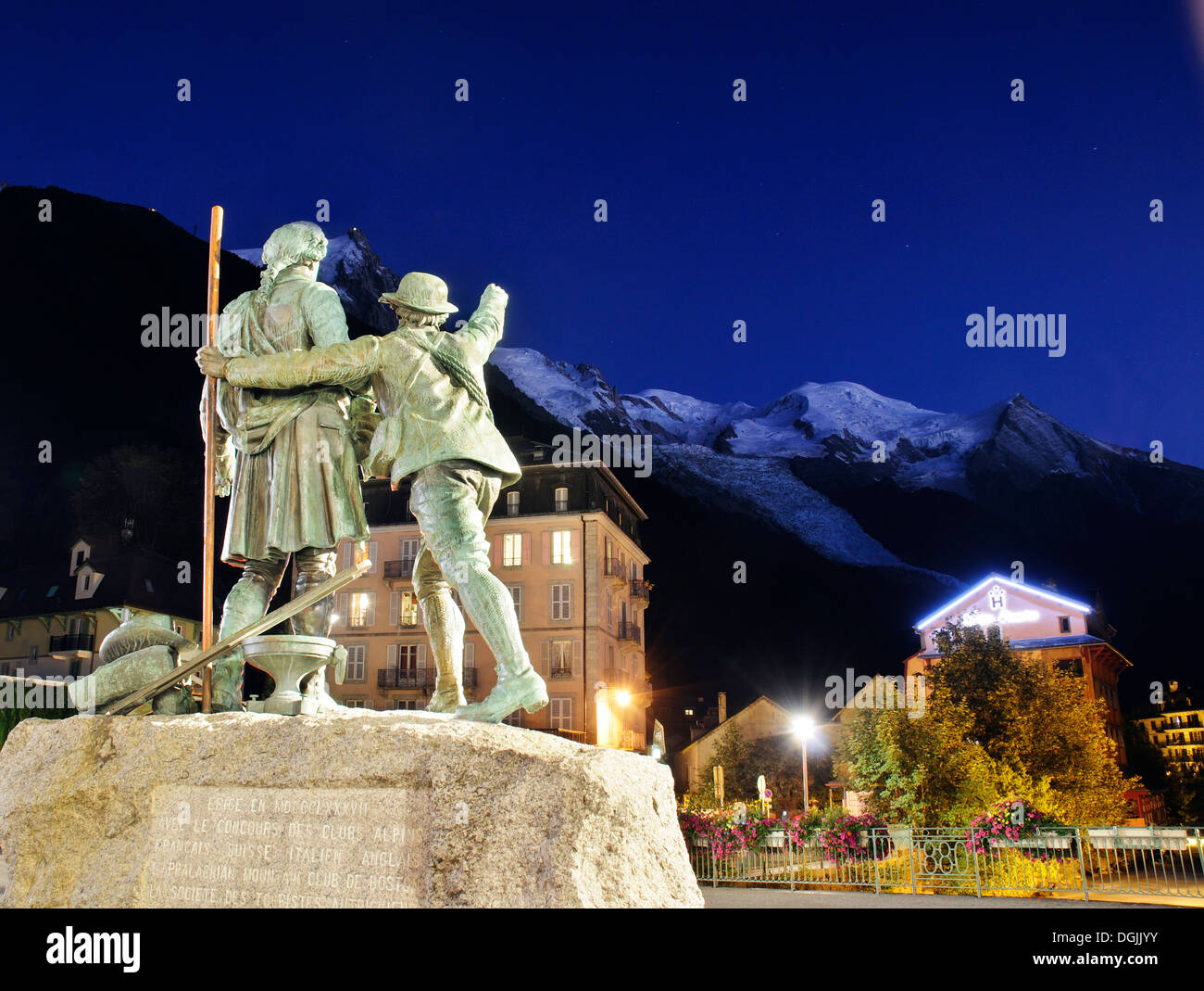 the-statue-of-saussure-and-balmat-in-cha