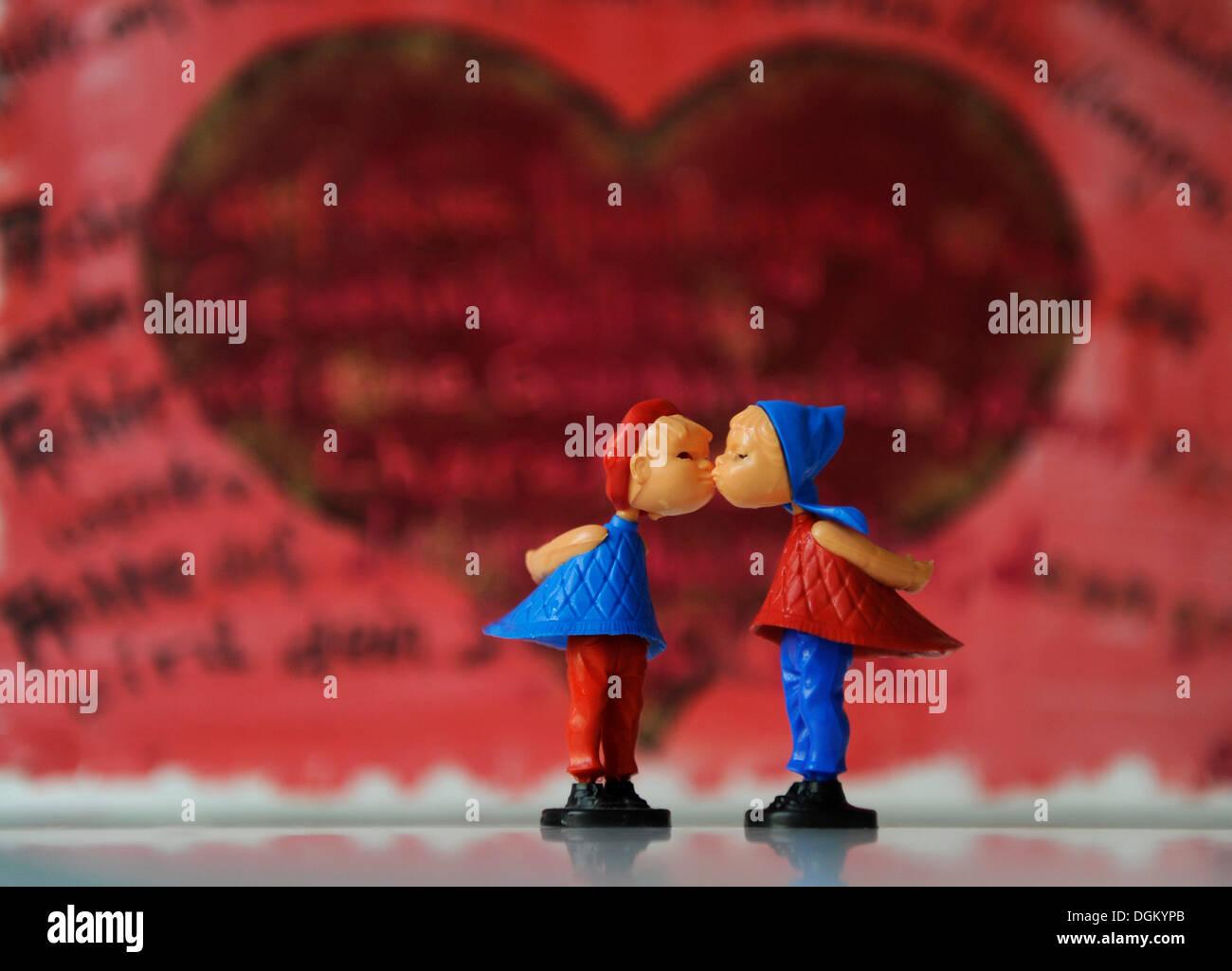 Kissing figures, symbolic image for love, partnership, marriage - Stock Image