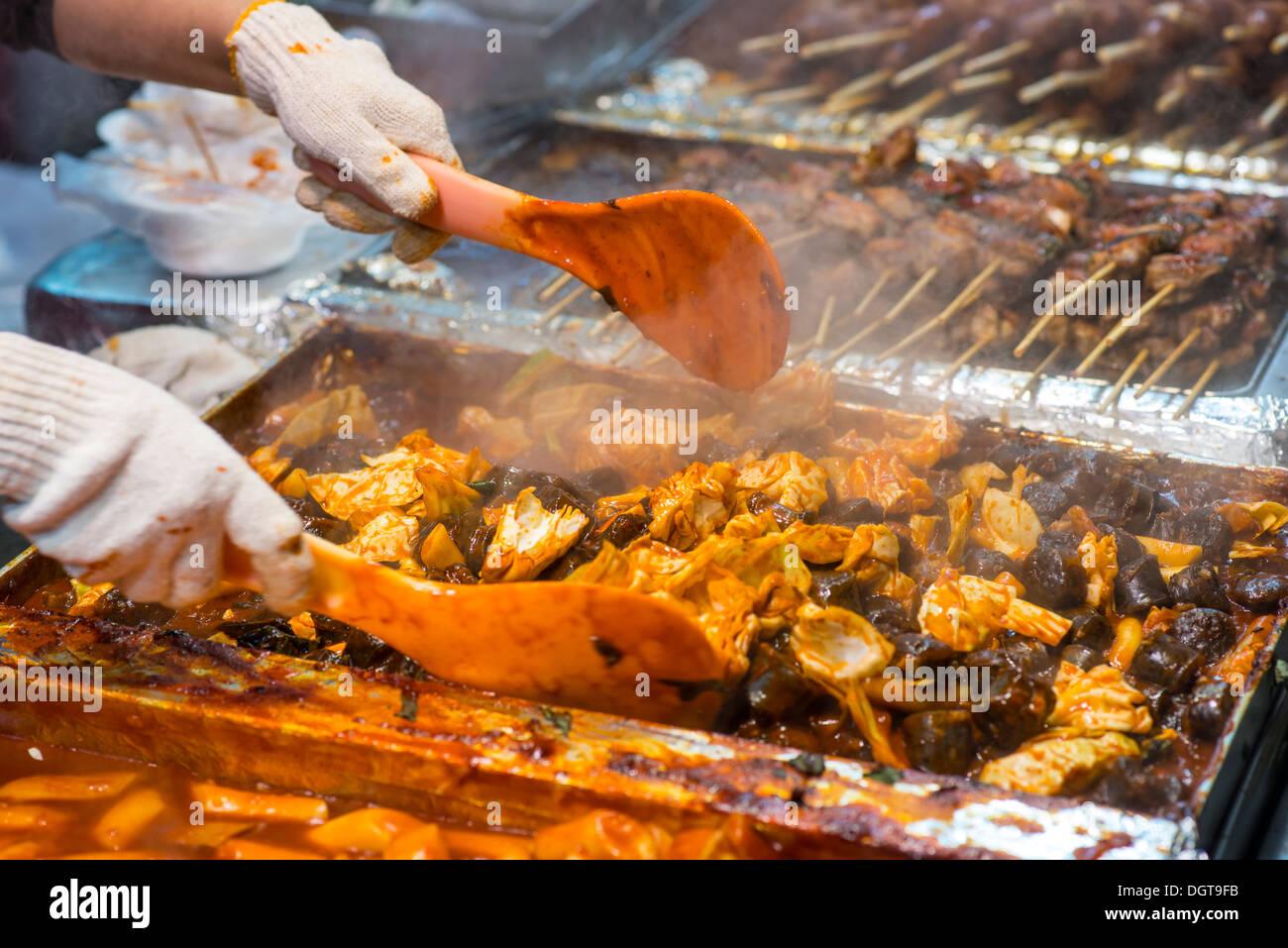 Food preperation at a night market in Myeong-dong, Seoul, South Korea. - Stock Image