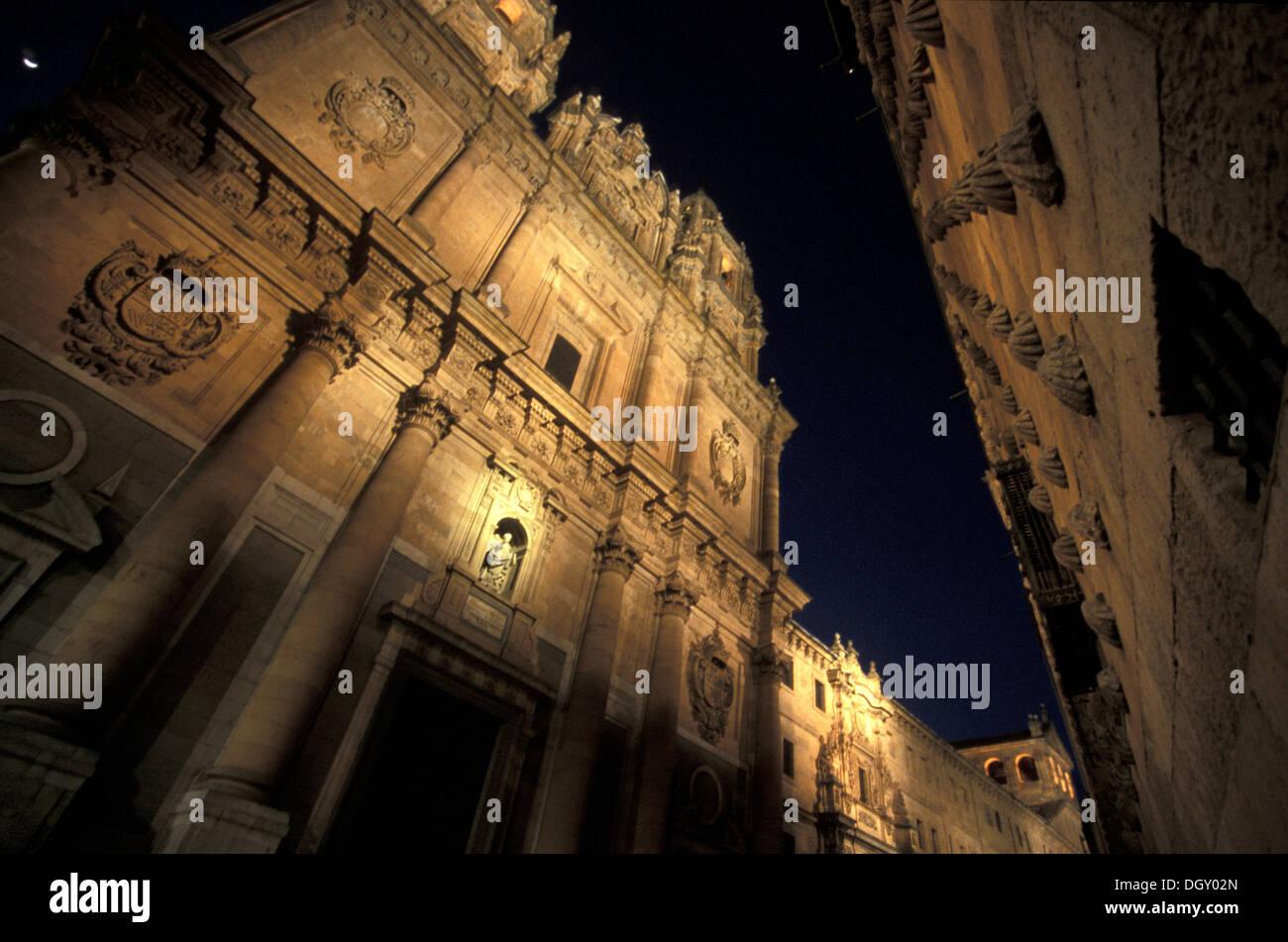 calle-compaa-by-night-salamanca-iglesia-de-la-clerencia-y-casa-de-DGY02N.jpg