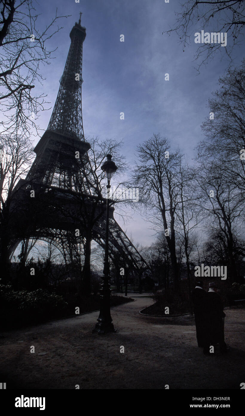 old-couple-walking-in-champ-de-mars-near-the-eiffel-tower-paris-DH3NER.jpg