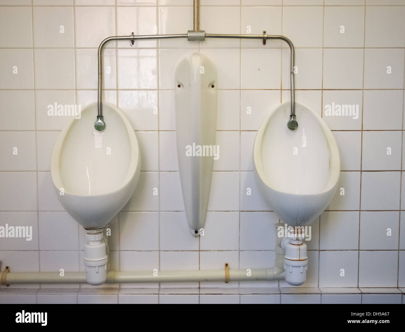 male-urinals-in-a-public-bathroom-with-an-automated-flush-system-DH5A67.jpg