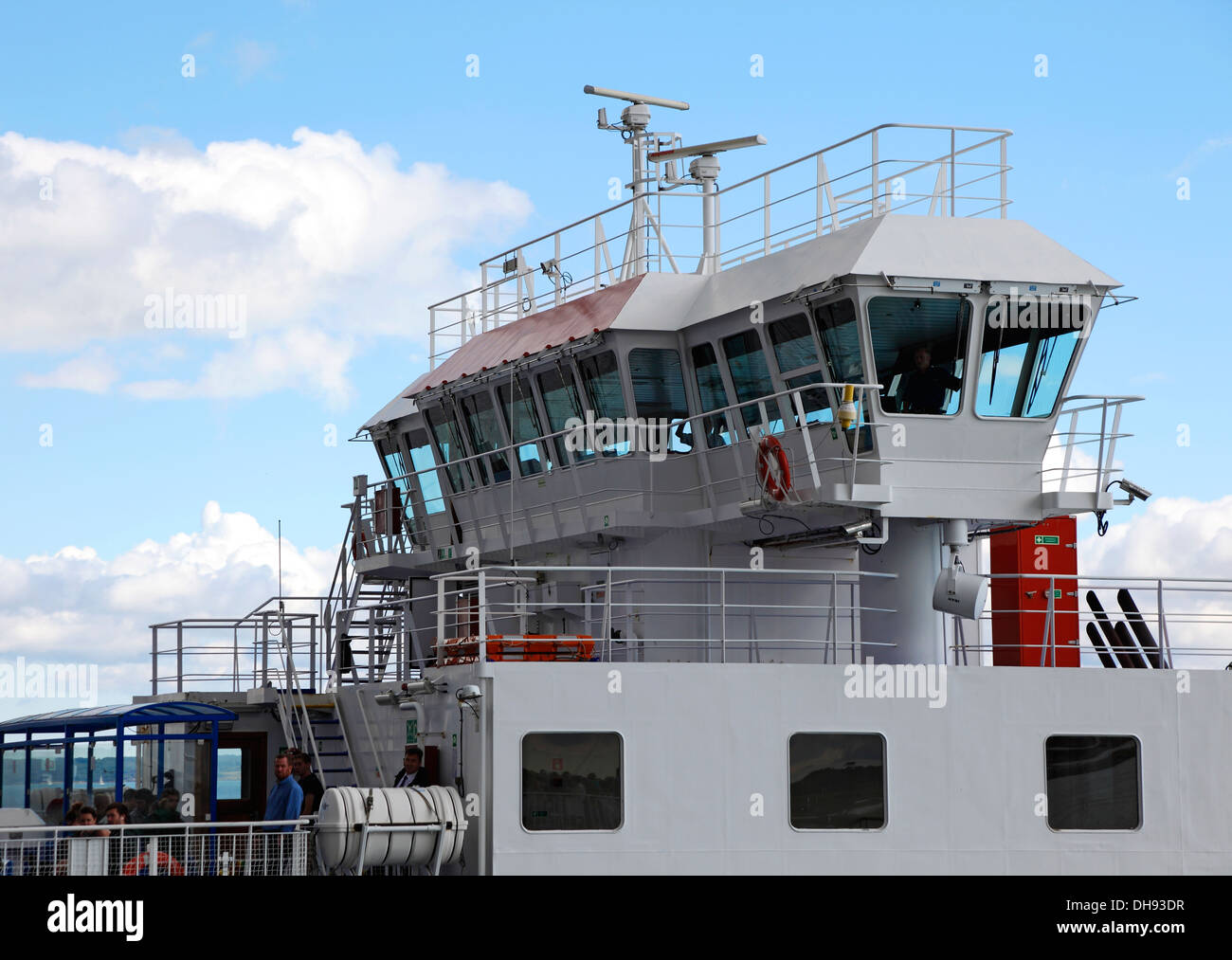 bridge-of-wight-sun-vehicle-and-passenger-ferry-passing-wight-light-DH93DR.jpg