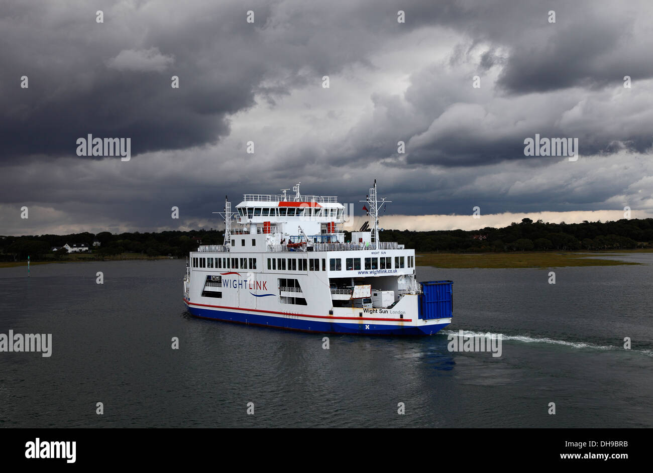 wight-sun-vehicle-and-passenger-ferry-taken-from-deck-of-wight-light-DH9BRB.jpg