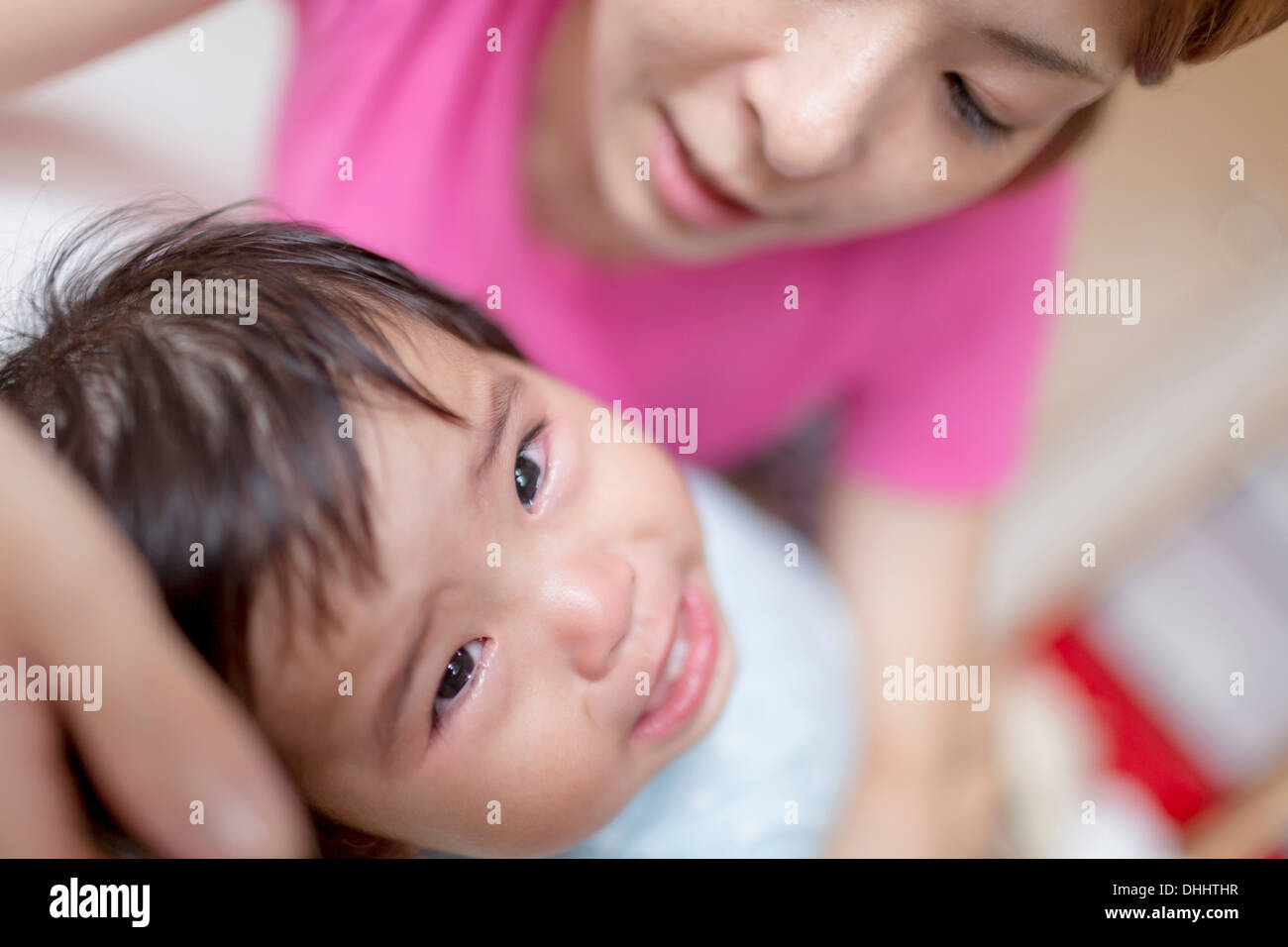 Mother pacifying crying baby - Stock Image