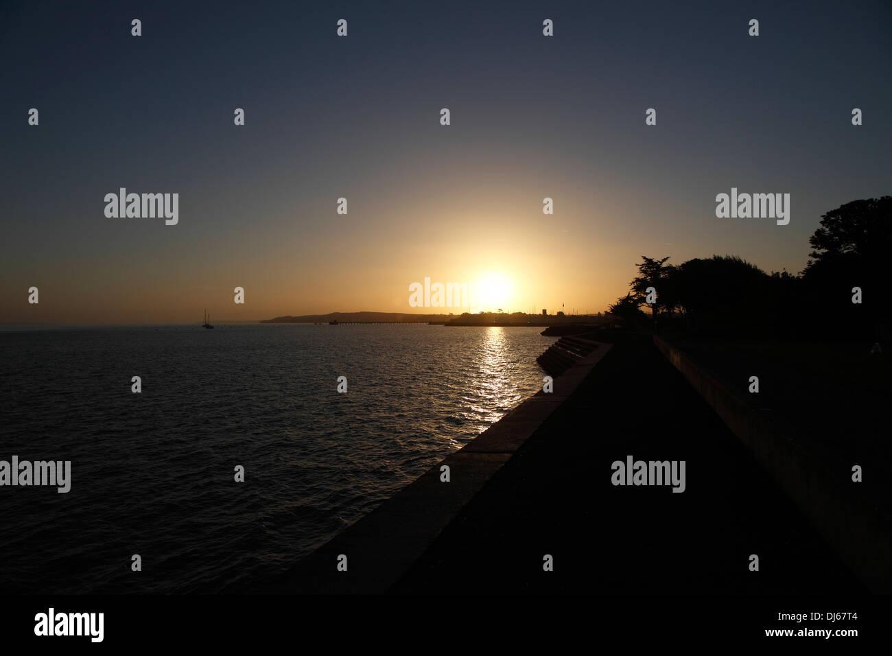 sunrise-over-yarmouth-isle-of-wight-hampshire-england-DJ67T4.jpg