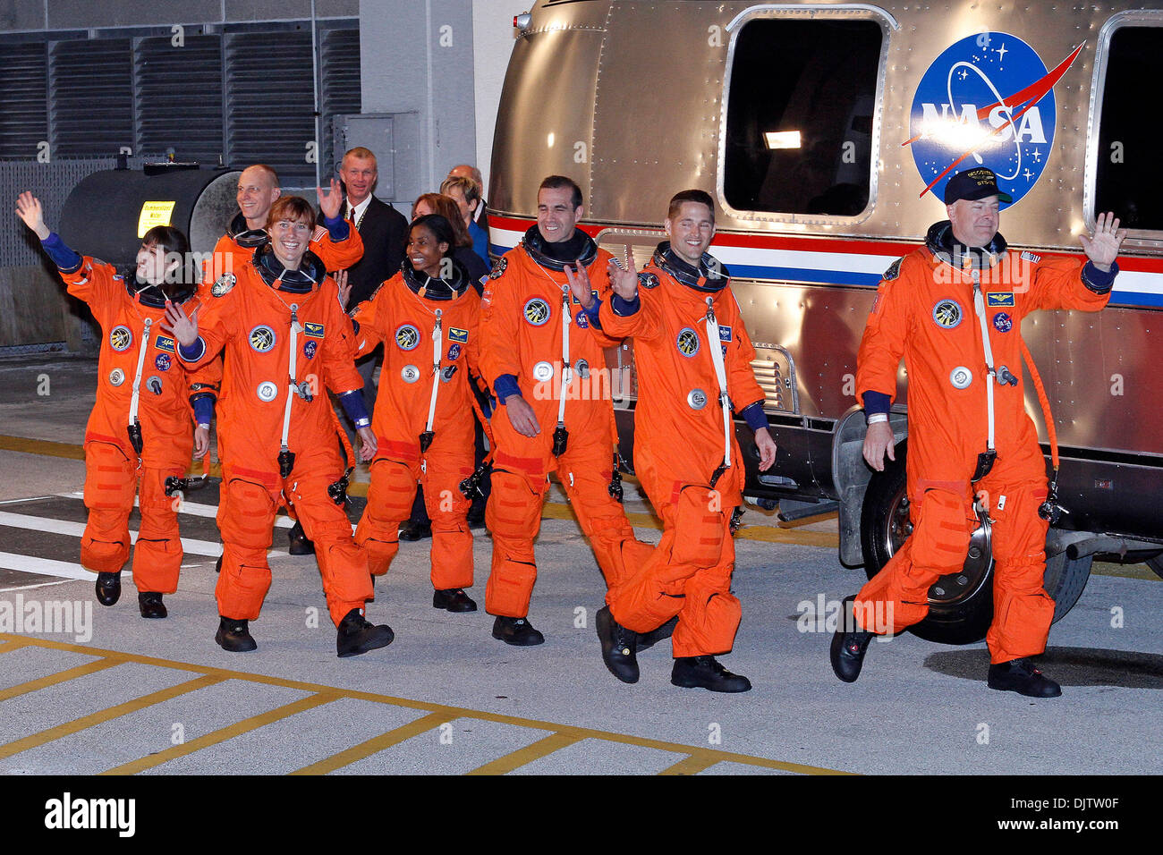space shuttle discovery astronauts - photo #45