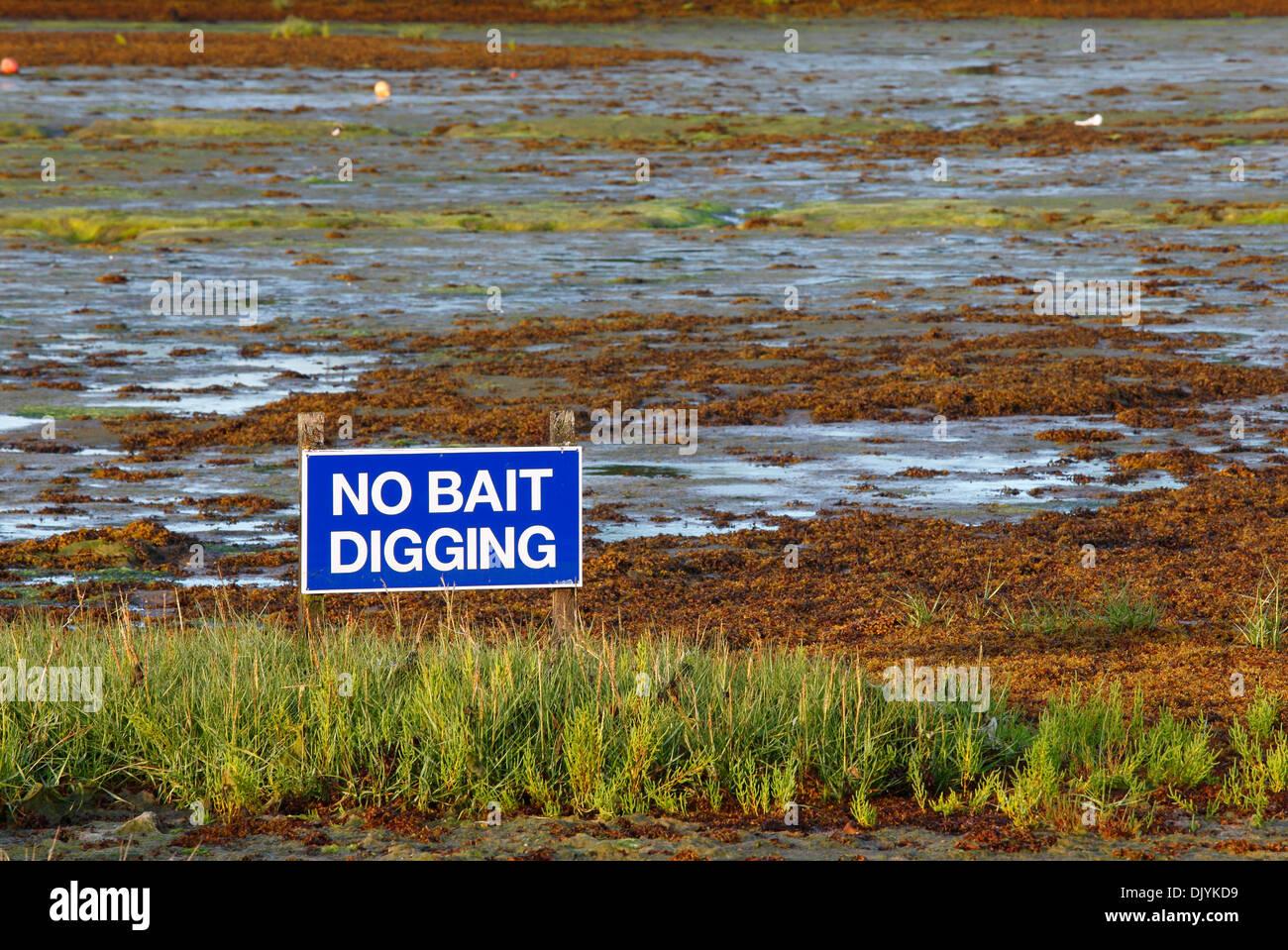 no-bait-digging-sign-river-yar-estuary-yarmouth-isle-of-wight-hampshire-DJYKD9.jpg