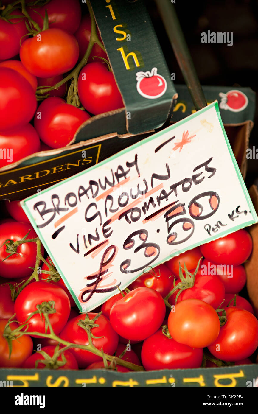 High angle close up of 'Broadway Grown Vine Tomatoes' with sign for sale at farmer's market - Stock Image