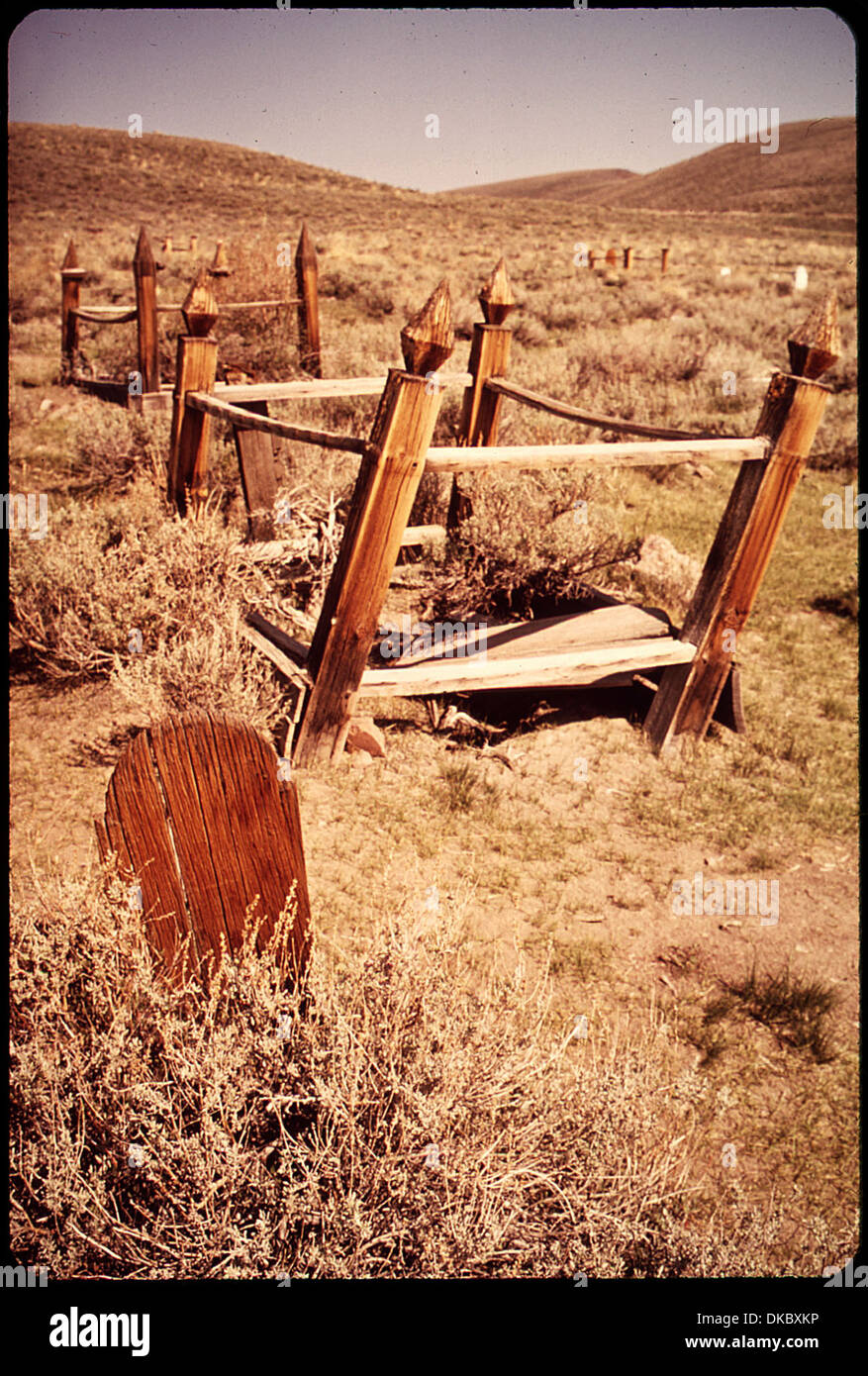 A WOODEN TOMBSTONE AND CEMETERY IN BODIE STATE HISTORICAL PARK. BODIE IS ONE OF THE MOST WELL-PRESERVED GHOST TOWNS... - Stock Image