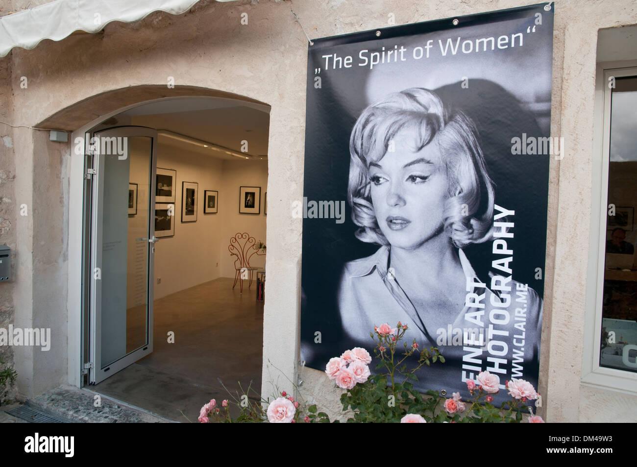 Poster of Marilyn Monroe near Gallery entrance, Saint-Paul-de-Vence, southeastern France, French Riviera, Europe. - Stock Image