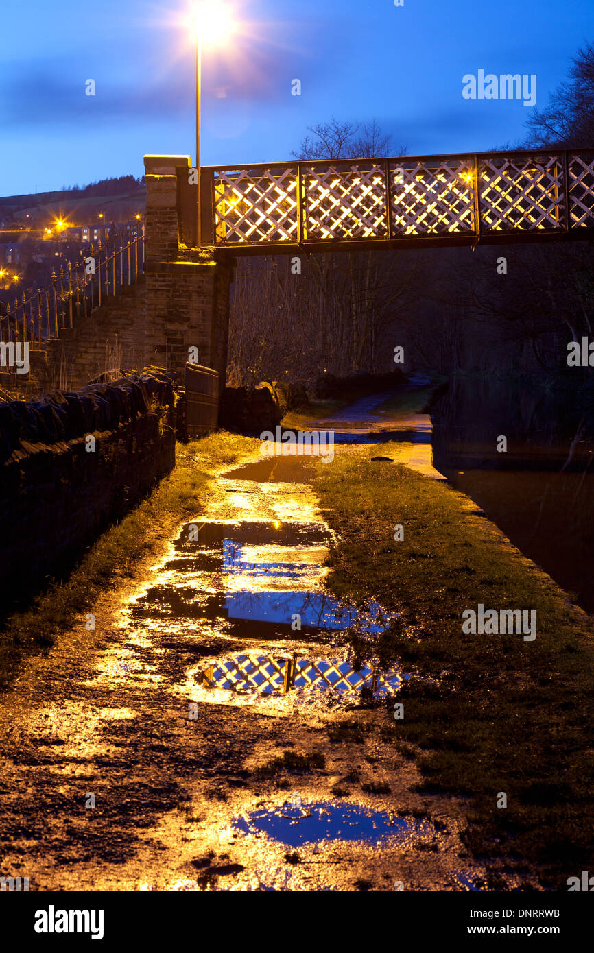 footbridge-over-the-rochdale-canal-at-dusk-sowerby-bridge-west-yorkshire-DNRRWB.jpg