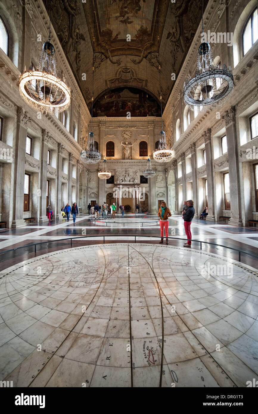 https://c7.alamy.com/comp/DRG1T3/citizens-hall-interior-of-the-royal-palace-dutch-koninklijk-paleis-DRG1T3.jpg