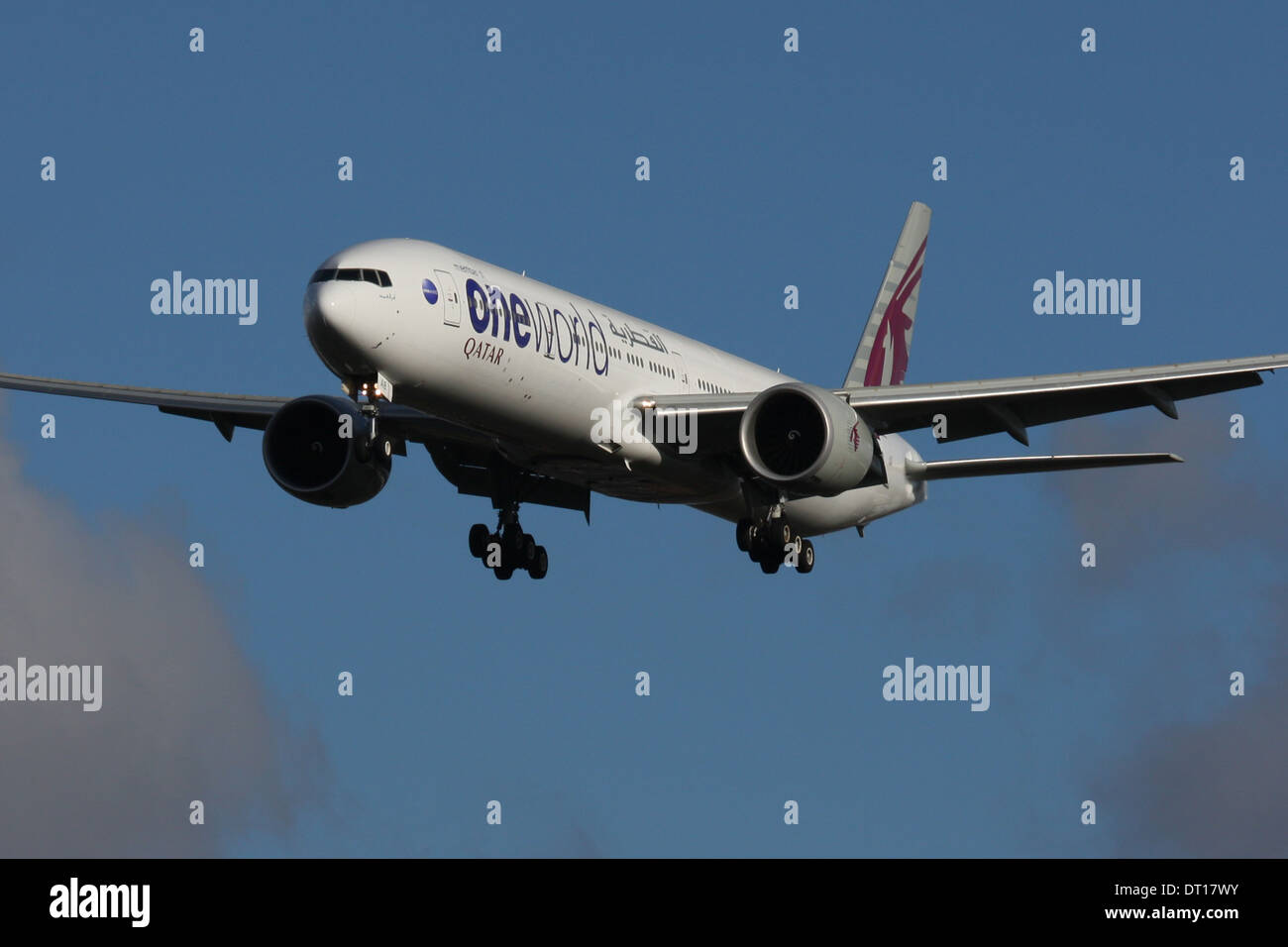 QATAR AIRLINES BOEING 777 300 ONE WORLD - Stock Image