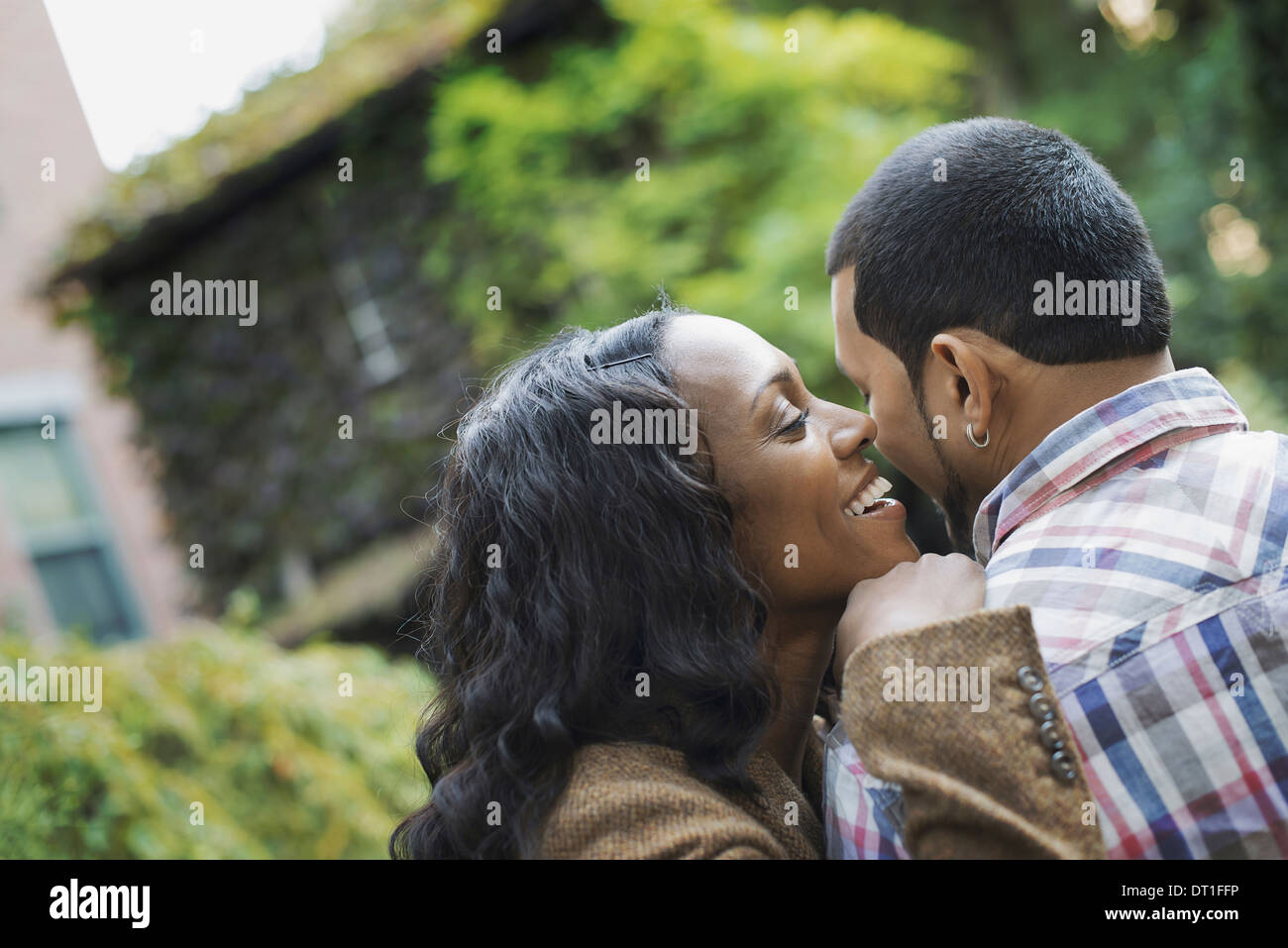 Scenes from urban life in New York City A man and a woman a couple hugging each other - Stock Image