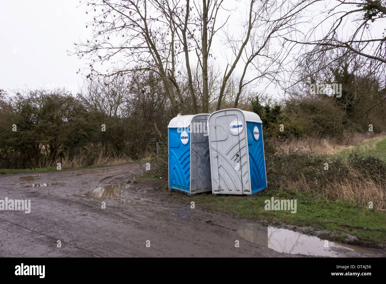 hikers-relief-portable-toilets-at-side-of-country-lane-DTAJ56.jpg