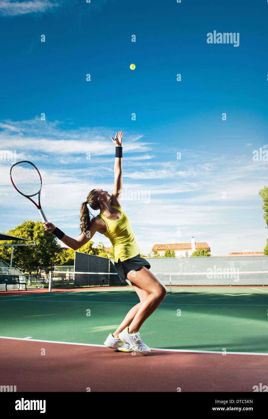 Female tennis player hitting ball - Stock Image