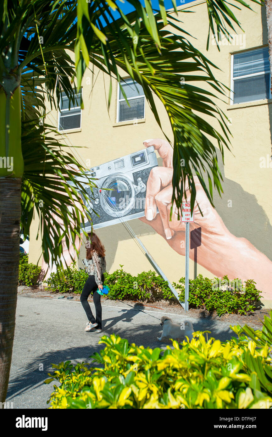 usa-florida-sarasota-fl-downtown-woman-walking-her-dog-paste-a-mural-DTFHJ7.jpg