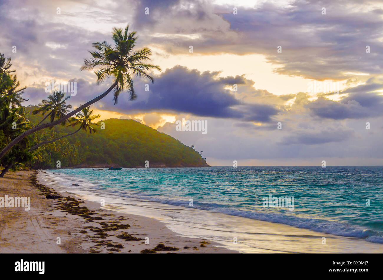 Purple and orange sky of sunrise on a beach in San Andres y Providencia, Colombia - Stock Image