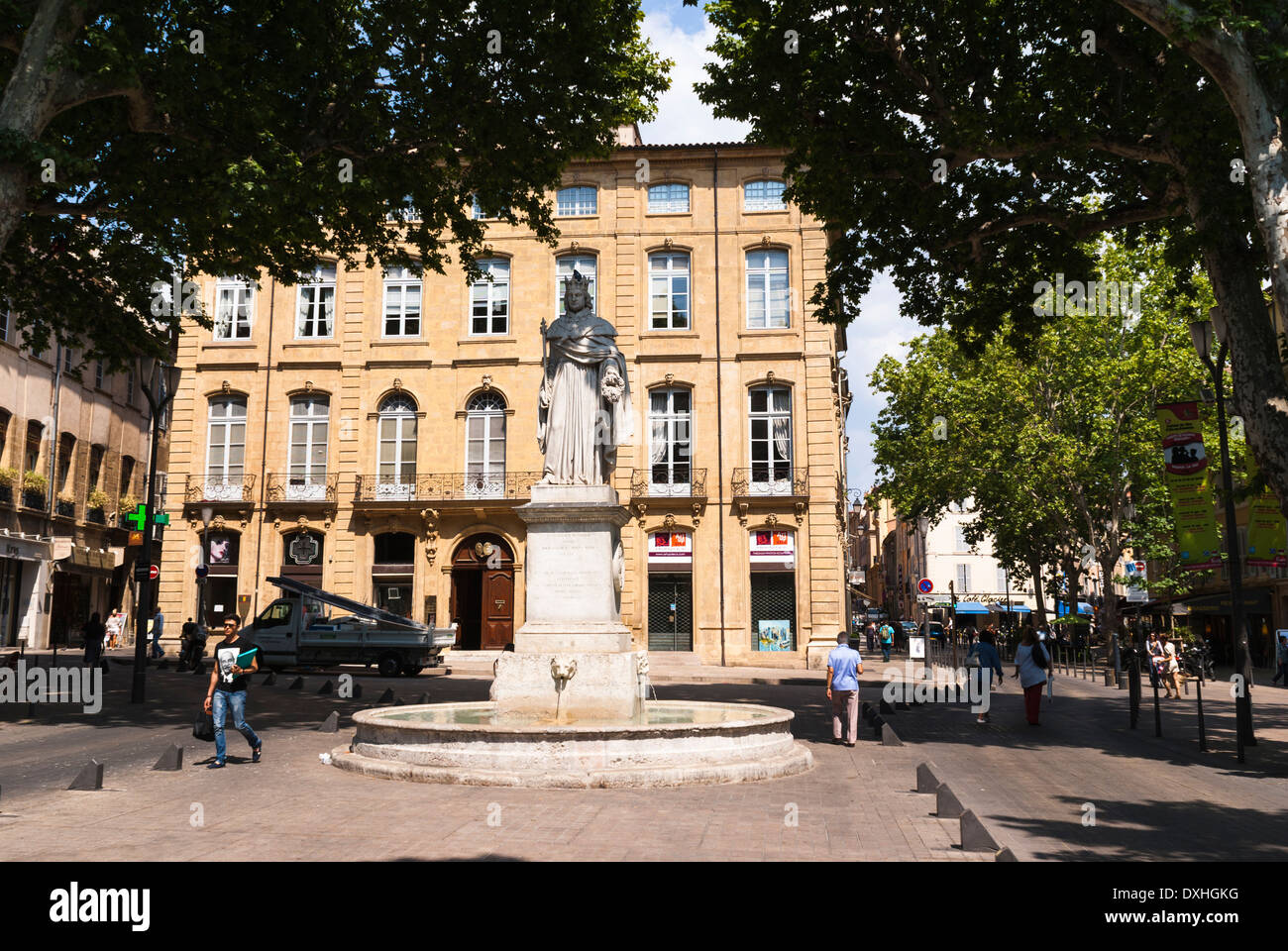 Statue and fountain of King René in front of Hôtel du Poët. Cours Mirabeau, Aix-en-Provence, France. - Stock Image